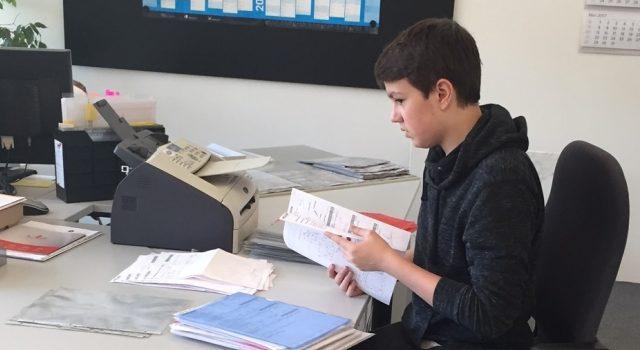 Waldemar bei der Ablage und Kontrolle der Fertigungsaufträge in der Arbeitsvorbereitung